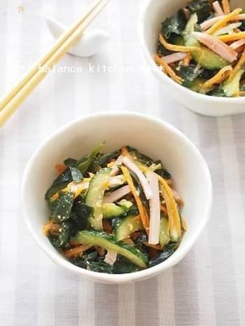 給食に出てくるような、彩り綺麗な中華風サラダのレシピ。砂糖で甘さを加えたり、ごま油やすりごまで風味をプラスしたり。お子さんが喜ぶような食べやすい味付けになっています。