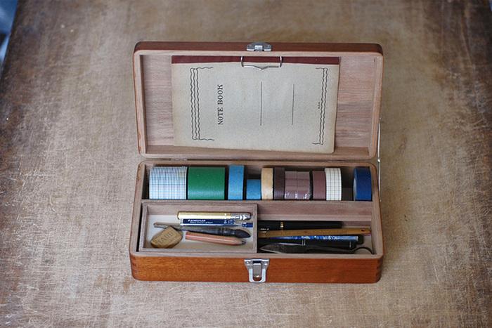 木箱のサイズはS・M・Lの3サイズ、その他長方形のお道具箱があります。救急箱には中にトレイやピンセット入れが付いており、お道具箱はトレイや仕切り、メモパッドもあり使い勝手が良いでしょう。