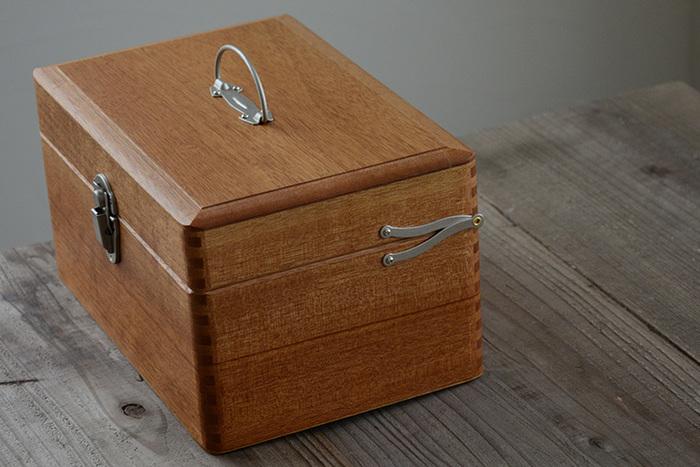 救急箱やソーイングボックスとして常備しておくならこんな上質なボックスがおすすめです。倉敷意匠ならではの職人技が存分に活かされた木箱は、釘を使わず木組みされたもの。 角は丸みを帯びていて手に馴染みやすい型です。