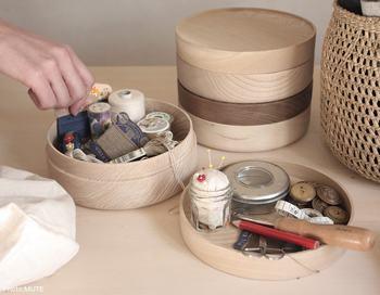 """スタッキングできる丸型木箱は、山中漆器のもの。焼き物でお馴染みの""""ろくろ挽き""""による丸さは均一で美しい仕上がりです。"""