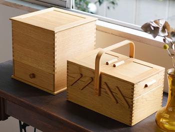 同じく倉敷意匠の裁縫箱。正統派なデザインですっきりシャープな印象。上質なナラの木で作られており、代々受け継いでもらえるよう装飾は控えめなのだそう。丈夫でエイジングにより色艶が増し、一家の宝となりそう。