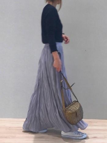 少しくすんだふわりとしたラベンダーカラースカートには、ネイビーのトップスで引き締めて。スニーカーとバッグでラフさを+して抜け感を出した上級者のバランスコーデ!