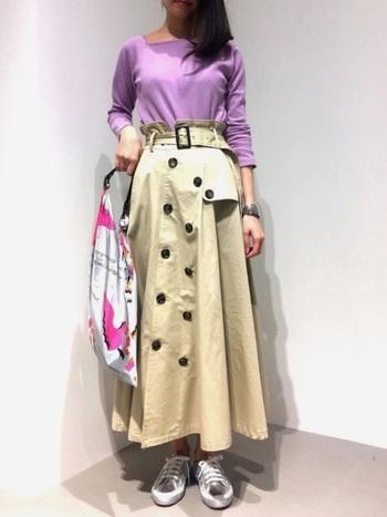 シンプルで鮮やかなラベンダーカラーのトップスに、今人気のトレンチスカートを合わせて。トレンド感溢れるフレンチシックなコーデに。
