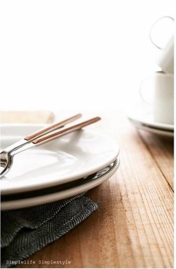 白いお皿は料理を表現するためのキャンバスであり、額縁であり…お皿を白で統一しているレストラン、少なくないですよね。 ただ、載せる料理との組み合わせによっては、殺風景で味気ない食卓になってしまうことも…。