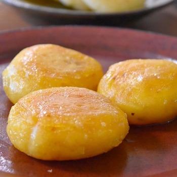 さつまいも本来の甘みを存分に生かした、優しい甘さのモチモチさつまいももち。ママまた作って!とリクエスト間違いなしのバターが効いてとっても美味しいおやつレシピです。