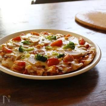 野菜がたっぷり隠されているこちらのピザは、最初に野菜を炒めることで野菜本来の甘みを引き出し、それをチーズで覆ってしまうことで普段野菜嫌いの子供でも食べることができちゃうアイデアレシピ。ピザ生地もお餅なので腹持ちもよく育ち盛りの男の子も大満足できるレシピです。