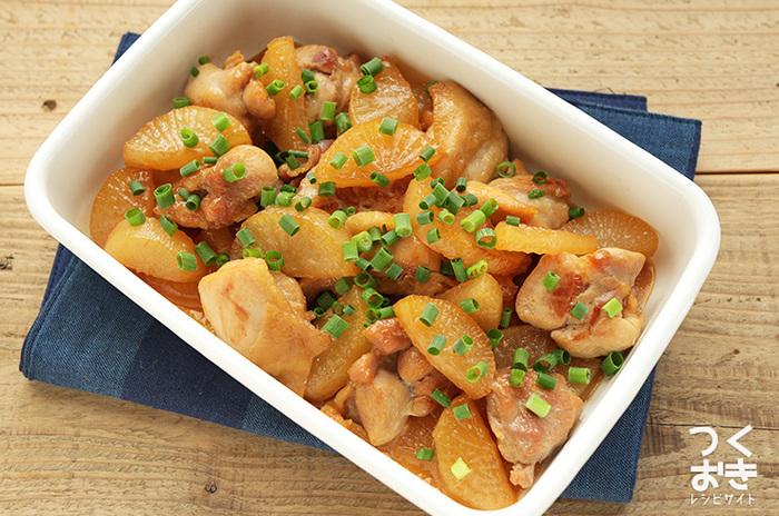 鶏肉と大根という相性のいい2食材で作るお料理。煮汁を飛ばすのでお弁当にも、夕食のおかずにもオススメ。大根に染み込んだ鶏肉の旨味を存分に楽しんで。
