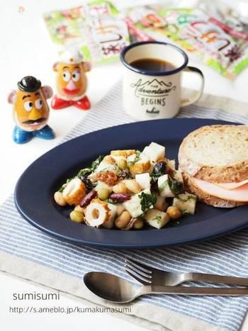 梅と大葉が爽やかでさっぱりいただけるチョップドサラダ。和風だけど、パンにもよく合います。
