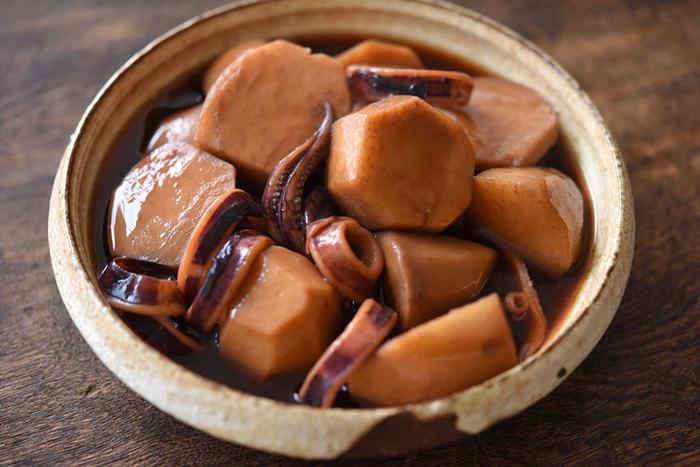 栄養価の高い里芋とイカの2食材で作る和食レシピ。どこかホッとする懐かしい味わいの煮物は、彼や旦那さんにも喜ばれそう。
