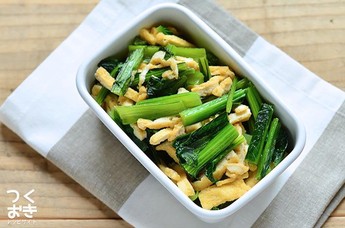 お弁当の中身や食卓がパッと彩り豊かになりそうな定番の作りおき。ビタミン豊富な小松菜と油揚げだけで、かんたん美味しい副菜が作れます。