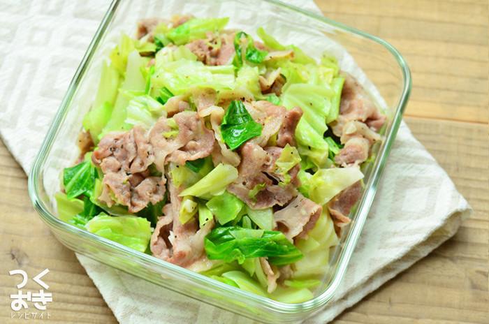 シンプルな塩バター味でご飯がススム、豚肉とキャベツの2素材を使った作りおきおかず。ビタミンCたっぷりのキャベツは毎日でも食べたいお野菜です。