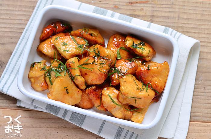大葉と鶏むね肉という2つの材料で出来ちゃう一品。テリテリ&さっくり柔らかい鶏むね肉と、大葉の風味のハーモニーを楽しめる作りおきおかずです。