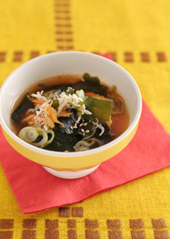 発酵食品のキムチとじゃこも入った体を芯から温めるデトックススープレシピ。お昼ご飯にいただく際は、ご飯を入れて雑炊にしたりうどんを入れても美味しそう!