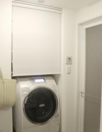 こちらはロールカーテンで目隠し。洗濯機を動かしている時に急な来客があったりすると、「家族の洗濯物がまだ山盛りなのに、チラ見えしないかな…」なんて心配になることもありますよね。でもこれなら、見せたくないものはすぐにカーテンの向こうへ隠すことができます。