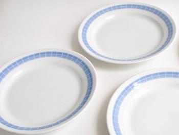 優れたデザイン性と実用性を兼ね備えた、おしゃれな北欧食器を提案する陶器メーカー『ARABIA(アラビア)』社。ブルーの装飾が爽やかなこちらのプレートは、1960年代に製作されたヴィンテージ食器です。現代食器にはない風合いを楽しみながら、コレクションとしてだけではなく、日常の食卓で愛用したいプレートです。