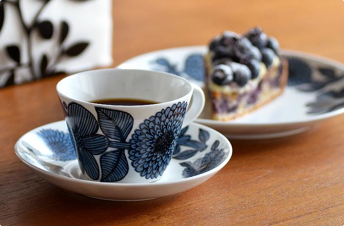 1960年代に生産され、今もなお世界中のファンから愛される「ASTER(アスター)」。ASTERシリーズにはブルーとレッドの2種類があり、こちらは「BLUE ASTER(ブルーアスター)」の復刻版です。巨匠スティグ・リンドベリがデザインした人気シリーズで、大胆に描かれた美しい花びらが印象的な作品。北欧らしいモダンなデザインがおしゃれな「ASTER」は、食器としてはもちろんのこと、インテリアとしてお部屋に飾っても素敵です。