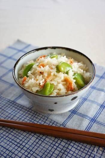 そら豆と桜えびの春色が綺麗な、季節を感じさせる炊き込みご飯のレシピです。シンプルで簡単、普段豆料理をあまり作らない人にもおすすめです。