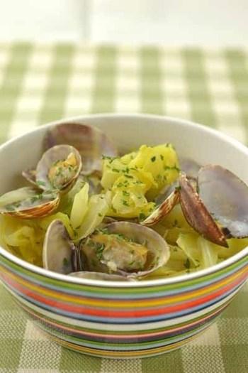 春が旬の春キャベツとあさりの組み合わせ。洋風のワイン蒸しなら、バケットに浸してスープまでしっかり楽しめますよ。