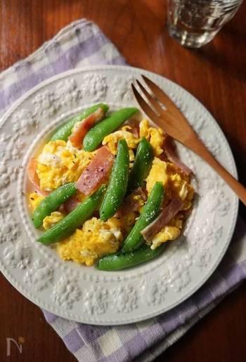 シンプルな味付けの塩バター炒めは、スナップエンドウの食感も楽しめるお手軽レシピ。彩り綺麗なのも嬉しいですね。さっと作れるので、朝食にもおすすめです。