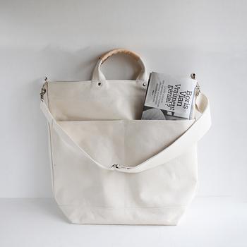 どんなカラーにも馴染む生成り色のバッグ。その日のコーディネートに、スーッと溶け込んでくれますよ♪