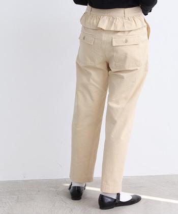 メンズライクなベイカーパンツ。生成り色&フリルデザインをチョイスすれば、ほのかに女性らしさが漂います。
