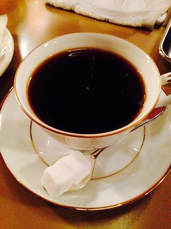 「六曜社 地下店」のコーヒーは、嫌味を感じさせない程よい苦味とコクがあります。ミルクを入れると、コーヒーの苦味が引き立てられ、入れる前とは違った味の変化を楽しめます。