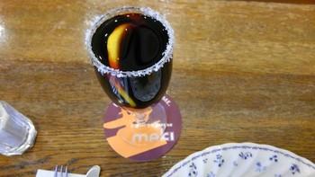 ちょっと変わったアイスコーヒー「ゴールデンアイス」。グラスの縁には砂糖がまぶしてあり、水出ししたダッチ珈琲にはレモンスライスが浮かんでいます。爽やかなレモンの酸味とコーヒーのスッキリした苦味、そして、砂糖の甘味が絶妙なハーモニーを奏でます。