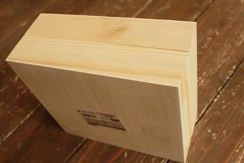 こちらはダイソーのシンプルな木箱を使ってのDIYです。ナチュラルな色目なのでペイントやステンシルも映えそうですね。