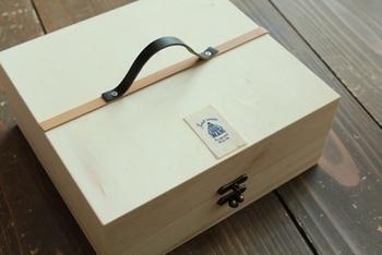 2つの木箱を重ねて蝶番を取り付けるだけと簡単!持ち手を付けたことで持ち運びにも便利です。
