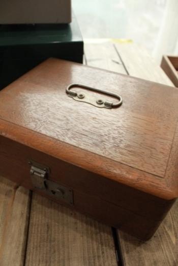 昔ながらの蓋付きのお道具箱って、大切な物を仕舞ったり見せない収納に使えたりと重宝しますよね。年数が経つほどに思い出も増え、エイジングにより味わいが増してきます。