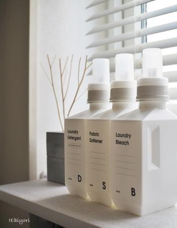 市販の洗剤や柔軟剤は、どれもだいたいパッケージがカラフルで形もバラバラです。せっかくお気に入りの商品があっても、洗濯機周りに置いてみるとなんだか賑やかな印象になってしまいますよね。そんな時は、お揃いの真っ白ボトルに詰め替えるのがオススメ。お手頃価格の洗剤もおしゃれアイテムに早変わりします。