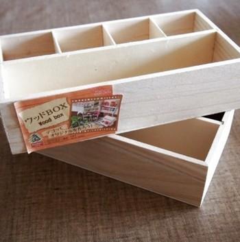 同じくダイソーのボックスで作られています。仕切り付きを2つ合わせに使うことで中身をしっかり仕分けられ、高さのある物も固定されます。救急箱にぴったりですね。
