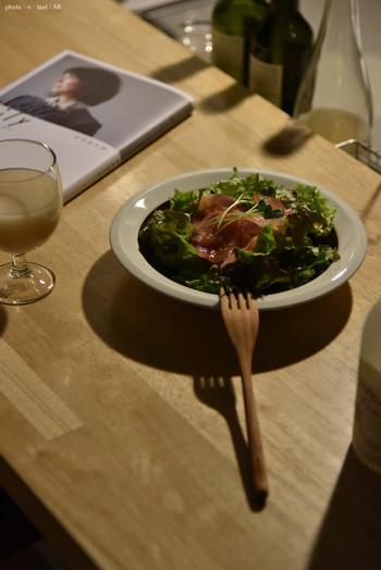 時代を経ても色あせない魅力を放つヴィンテージ食器は、料理を引き立てる美しいデザインだけではなく、使い心地の良さも特徴です。深さのあるボウルは、サラダや煮込み料理、スープなど様々なお料理に活躍してくれそうです。