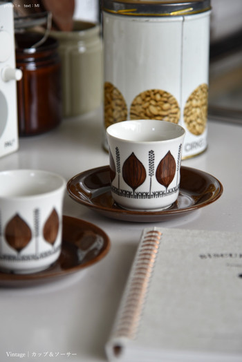 北欧を代表する多くのデザイナーによって生み出された美しいデザインと、現代食器では味わえない温かみのある風合いが魅力の『北欧ヴィンテージ食器』。 ひとつひとつの作品から製作当時の文化を感じることができるのも、ヴィンテージ食器ならではの魅力です。 名作シリーズをはじめとする数々の作品は、時代を経ても色あせることなく、今もなお多くのファンを魅了し続けています。 心豊かなヴィンテージの世界を楽しみながら、ぜひお気に入りの器をコレクションしてみませんか?