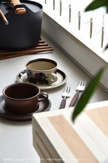 こちらはARABIA(アラビア)のおしゃれなヴィンテージ食器です。それぞれデザインが異なる2客のカップ&ソーサーは、どちらもヴィンテージならではの温かみのある風合いと、シックな色使いがとても素敵ですね。品格のある凛とした佇まいも美しく、見れば見るほどその魅力に引き込まれます。