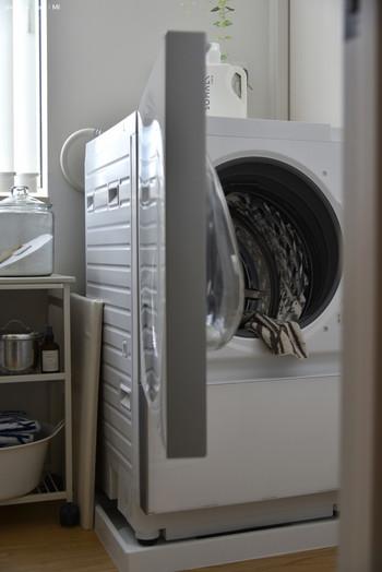 洗濯機を使う場合は洗濯ネットに入れ、弱水流で5~6分洗ったあと1分脱水します。洗濯機に「ソフト洗い」や「ランジェリーコース」設定があればそちらを活用しましょう。
