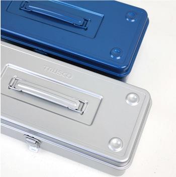 レトロな雰囲気を醸すトラスコのツールボックス。どっしりとしたペンチや金槌が出てきそうですね。工具箱としても素敵ですが、この型には珍しくスタッキング仕様なので、いくつか重ねてデスク周りの収納にもおすすめです。