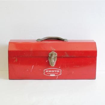 入手困難なビンテージもののツールボックス。アンティークインテリアのワンアクセントに置きたくなりますね。