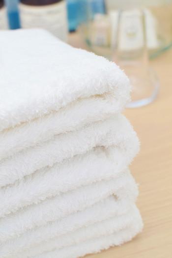 何か割れ物を持ち帰る可能性がある方は、薄手のタオルやいらない洋服を一緒に入れておくことをおすすめします。  お店側でパッキングしてくれることもありますが、スーパーでオリーブオイルやジャム、ワインなどを買う場合は自分でパッキングしなければなりません。  割れ物にタオルを包んで圧縮袋に入れておけば、液漏れ・破損の危険がグッと下がりますよ。