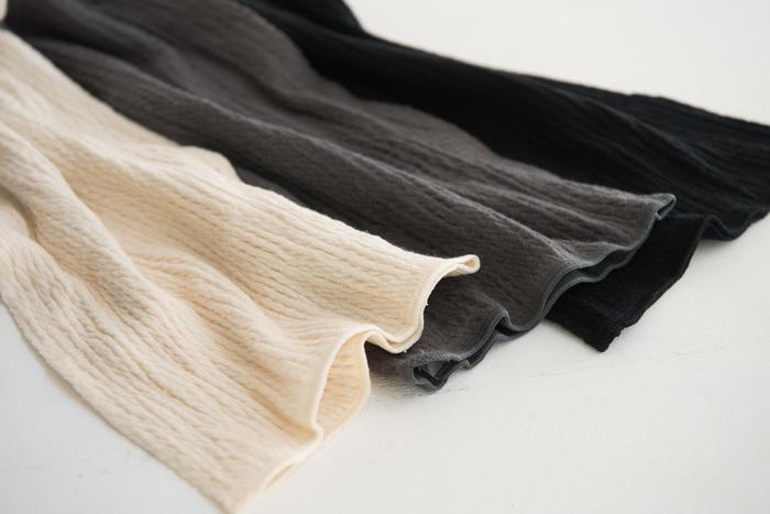 薄手タイプで肌触りのいい腹巻もあるので、洋服にひびかせずにあたたかくすることができますよ。