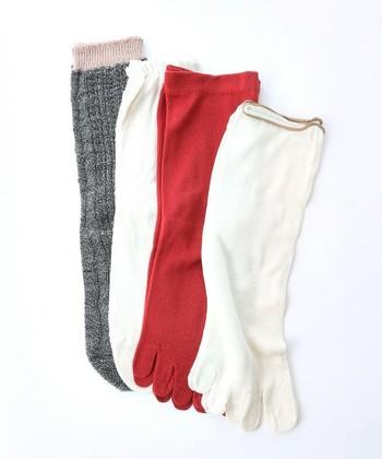 冷えとり健康法として最近注目を浴びている靴下の重ね履き。 4枚~5枚の靴下を、その日の体調に合わせて重ね履きします。  基本的な順番は、1枚目が5本指の絹靴下、2名目が5本指の綿靴下、3枚目以降は先が丸い綿の靴下(一番外に履く物は化繊や麻、毛でも構わない)となります。  驚くほど温かく、冷えの他にもむくみや快眠にも効果があると評判です。