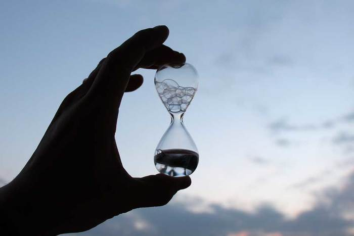 砂時計のような形をしたクリアなガラスの中には、シャボン液が入っています。時間を測るものではありませんが、逆さにして小さな空間を通り抜ける泡の出す音を楽しむためのもの。大きな泡や小さな泡、上へ上へと昇っていく泡が織りなすユニークな音を聴きながら、豊かな時間を楽しむためのツール。