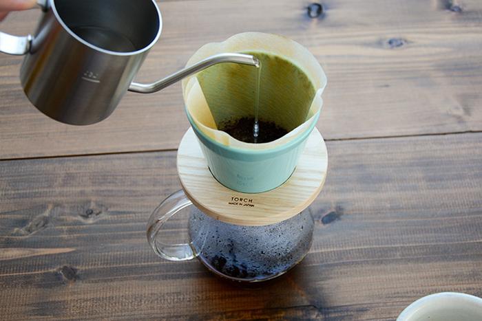 輪っかはホワイトアッシュ、かわいいライトブルーのドリッパーは磁器製で、コーヒーの雑味は抑えられ旨味を引き出してくれるドリッパーです。 キッチンを明るく演出してくれそうですね。