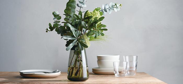 フラワーベースとしても素敵です。先に向かって細くなったシルエットなので茎が安定し、形を整えた花束のシルエットを崩しません。ボリュームのあるお花や植物もバランスよく収まりますよ。