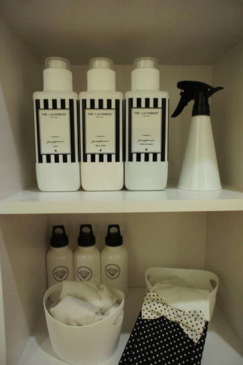 また、デザインによっては白と黒がガーリーな可愛さを演出してくれることもあります。こちらの洗剤ボトルは、ランドレスのブランドイメージ風のラベルをプリントアウトし、透明の保護シートとともに貼ったものだそう。本格的でスタイリッシュなデザインボトルに仕上がっています。