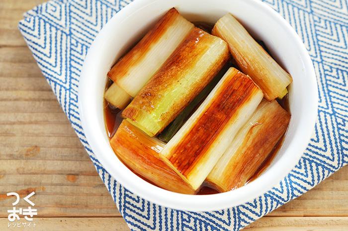 常備菜として作っておけば、さっと食べることができていいですね。こちらはネギを焼いたあと、ポン酢につけるだけの簡単レシピ。じっくり焼くのがおいしさのポイントです。