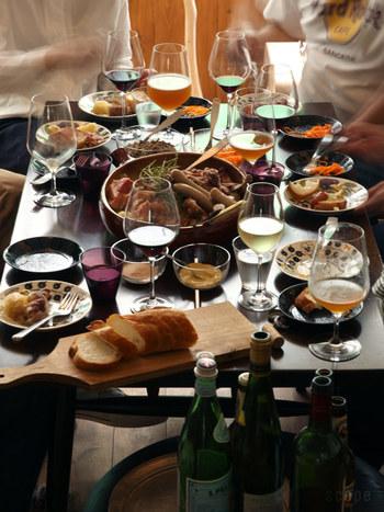 レストランではワインに合わせてグラスを変えてもらえますが、自宅でアレもコレもと揃えるのは場所をとってなかなか大変。では、最初に買うとしたらどのタイプが良いのでしょうか。 おすすめは、もっとも多用途に使える白ワイングラスです。日本酒を冷やして飲むにもぴったり。日常の食卓用なら、脚がやや短めのデザインのほうが割れにくくて扱いやすいです。