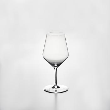 無駄のない美しさをまとっている究極のワイングラス。名誉ソムリエが開発に携わり、ミリ単位にまでこだわって設計されたというデザインです。飲み口が少し反り返っているのが味わいを深めるポイント。なんと生涯保証付き!