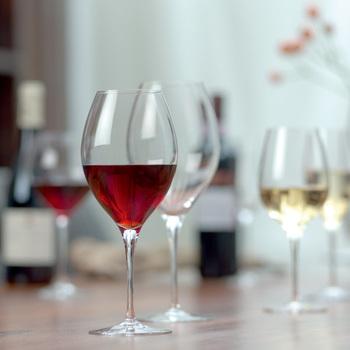 ワインの温度が高いと甘味が、低いと渋みが強調されるようになります。それぞれワインの持ち味に合わせて、適温で飲みたいものですね。 冷やして飲む白ワインは大量にグラスに注ぐと温度が上昇してきてしまうため、グラスは小ぶりにして少しずつ注いでいきます。赤と白でグラスの大きさが違うのは、そんな適温の違いも関係しているのです。