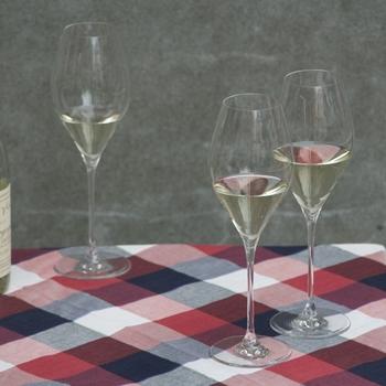 「TSURU(ツル)」のワイングラスシリーズは、凛としたフォルムが印象的。グラスと脚がなめらかに繋がっているフォルムが、なんとも美しくエレガント。
